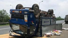 Xe tải nổ lốp, lật 'phơi bụng' trên Đại Lộ Thăng Long