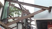 Hà Nội: Dãy nhà dân suốt 10 năm 'chống nạng' sắt vào chung cư