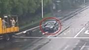 Tài xế thiếu quan sát bị cột điện đâm thủng ô tô