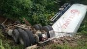 Xe container lao xuống mương lật ngửa, 2 bố con tài xế may mắn thoát nạn