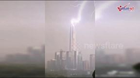 Khoảng khắc sét đánh liên tiếp vào tòa nhà chọc trời ở Trung Quốc