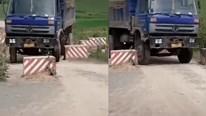 Tài xế xe tải bẻ lái điêu luyện lách các trụ bê tông chắn giữa đường