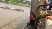 Bắc Ninh: Người đi đường giải cứu cô gái trẻ nhảy cầu Hồ tự tử