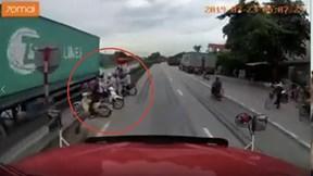 Camera hành trình ghi lại thời khắc kinh hoàng xe tải đè chết 5 người