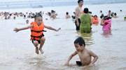 Biển báo chình ình, người dân vẫn 'liều mình' tắm ven bãi cát sông Hồng