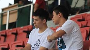Đình Trọng, Văn Đức 'vác' chân băng bó đi cổ vũ U22 Việt Nam đấu Viettel