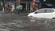 Hà Nội mưa to: Nhiều đường ngập sâu, xe máy đổ rạp trên phố