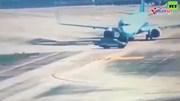 Ô tô chạy cắt đầu máy bay, phi công phanh gấp tránh va chạm