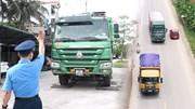 Bị xử phạt xe quá tải, nhiều tài xế khoá cửa xe bỏ chạy