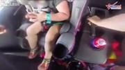 Cảnh sát dùng dùi cui phá kính cứu 2 em bé bị nhốt trong ô tô