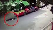 Sang đường bất cẩn, người phụ nữ bị xe buýt đâm ngã văng xuống đất bất tỉnh