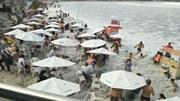 Brazil: Sóng lớn bất ngờ ập vào bãi biển cuốn theo nhiều du khách