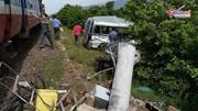 Tàu hỏa tông ôtô 16 chỗ sang đường, 3 người chết