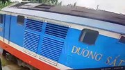 Quảng Bình: Cô gái cố vượt gác chắn bị tàu hỏa cán chết