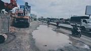 TP.HCM: Người dân liên tiếp bị ngã vì ổ gà, ổ vịt trên quốc lộ 1