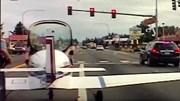 Máy bay bất ngờ hạ cánh khẩn giữa đường cao tốc