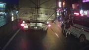 Tài xế xe cứu thương vác dao xuống 'nói chuyện' với lái xe tải