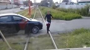 Đỗ ô tô ngang đường ray chặn xe điện để tặng hoa bạn gái