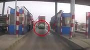 Bám đuôi container, taxi 'thông chốt' trạm thu phí và cái kết