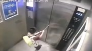 Bé trai 8 tuổi bị mắc kẹt vì dùng ô ngăn cửa thang máy
