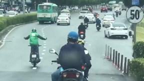 Nam thanh niên đi xe máy, buông 2 tay, nhún nhẩy, đánh võng trên đường