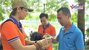 Hào hứng đi đổi rác lấy cây xanh ở Hà Nội
