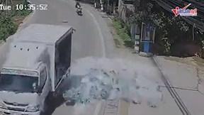 Xe tải vào cua đánh rơi hàng trăm chai bia xuống đường