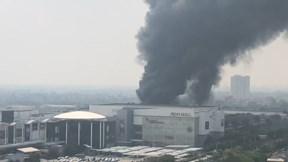 Cháy ngùn ngụt gần siêu thị Aeon Mall Long Biên
