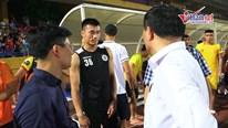 Bùi Tiến Dũng động viên đồng đội cũ tại Thanh Hóa sau trận thua đậm 0 - 5