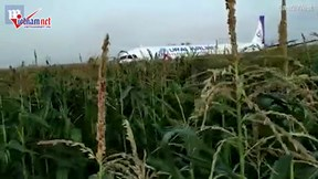 Khoảng khắc máy bay Nga chở 233 người hạ cánh bằng bụng xuống cánh đồng