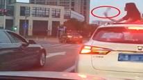Tài xế xả rác ra đường bị cô gái đuổi theo, ném trả vào trong xe
