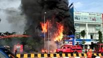 Cháy lớn tại siêu thị ở Bắc Giang, từng 'quả cầu lửa' rơi xuống đường