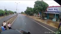 Chuyển làn đột ngột, xe hơi ô tô tải đâm xoay ngang, đẩy lê trên đường
