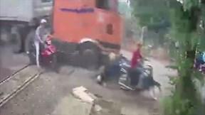 Xe container ủi hàng loạt xe máy, một người nguy kịch