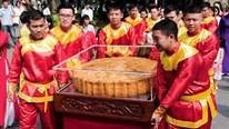 Chiêm ngưỡng cặp bánh trung thu khổng lồ diễu hành trên phố đi bộ Hồ Gươm