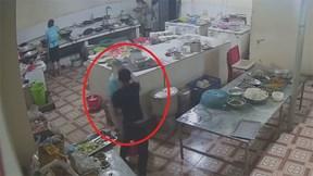 Thanh niên vào tận bếp tạt axit cô gái gây sốc cư dân mạng