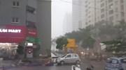 Mưa giông khiến cây đổ la liệt giữa phố Hà Nội, 1 người tử vong