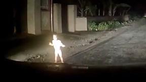 Bé trai bò ra đường giữa đêm tối khiến tài xế giật mình