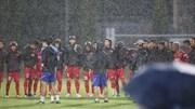 Thầy trò HLV Park vật lộn tập luyện dưới mưa, chuẩn bị đấu Thái Lan