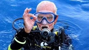 Cụ ông 96 tuổi lặn sâu hơn 42 mét, phá vỡ kỷ lục thế giới