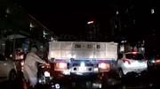 Cố luồn lách trên phố đông người, xe SH mắc kẹt vào thùng xe tải