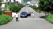 Quên kéo phanh tay, nữ tài xế cuống cuồng đuổi theo ô tô