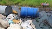 10 thùng nghi chứa chất thải công nghiệp bị đổ trộm trên Đại lộ Thăng Long