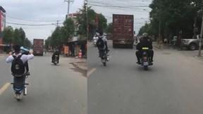 Nam sinh mặc đồng phục bốc đầu xe máy thách thức cảnh sát cơ động