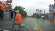 Tài xế phanh 'cháy lốp' tránh cụ ông sang đường bất ngờ