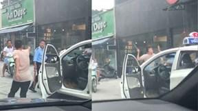 Tài xế taxi rút gậy dọa đánh bảo vệ lớn tuổi vì bị đuổi không cho đỗ xe