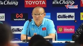 HLV Park Hang-seo xin lỗi vì phải nhận thẻ vàng trên sân Thammasat