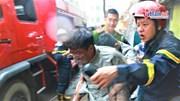 Cảnh sát giải cứu người mắc kẹt trong đám cháy ở Núi Trúc