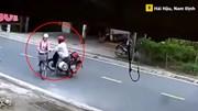 Người đàn ông chạy xe máy chặn đầu, sàm sỡ cô gái đi xe đạp ngay giữa đường