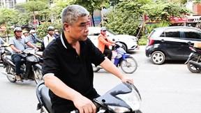 Tài xế Doãn Quý Phiến lái xe máy thực nghiệm hiện trường đón trẻ Gateway